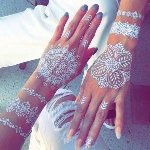 tatuagem-temporária-de-henna-branca-que-imita-renda-nas-mãos